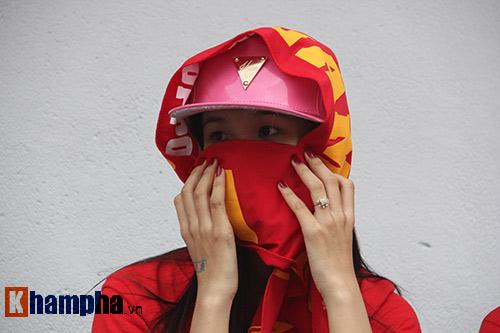 Fan nữ dãi nắng, dầm mưa vì mê Công Phượng đá bóng - 3
