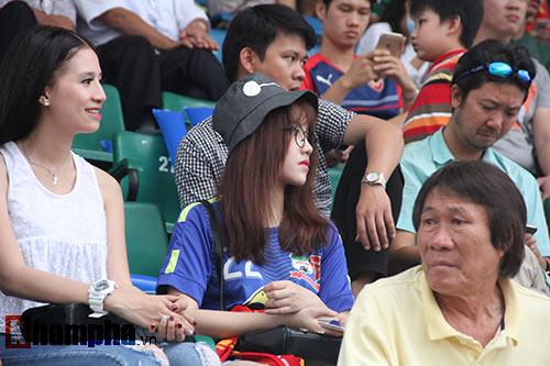 Fan nữ dãi nắng, dầm mưa vì mê Công Phượng đá bóng - 7