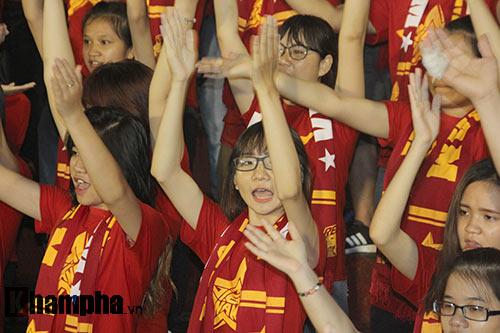 Fan nữ dãi nắng, dầm mưa vì mê Công Phượng đá bóng - 9