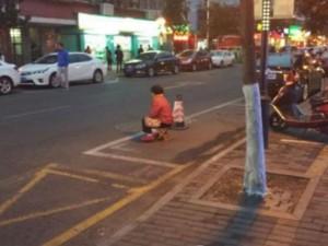 Bạn trẻ - Cuộc sống - Con trai bắt bố mẹ ngồi giữa trời lạnh để xí chỗ đậu xe