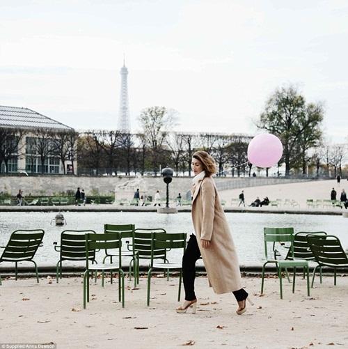 Cô gái mang theo quả bóng hồng du lịch khắp Paris - 1