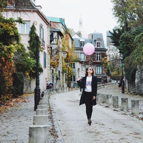 Cô gái mang theo quả bóng hồng du lịch khắp Paris - 2