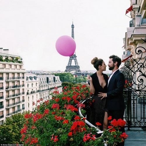 Cô gái mang theo quả bóng hồng du lịch khắp Paris - 12