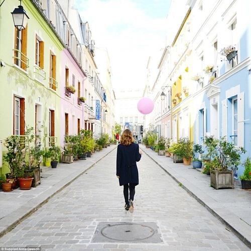Cô gái mang theo quả bóng hồng du lịch khắp Paris - 3