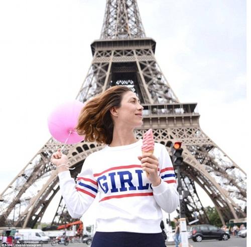 Cô gái mang theo quả bóng hồng du lịch khắp Paris - 4