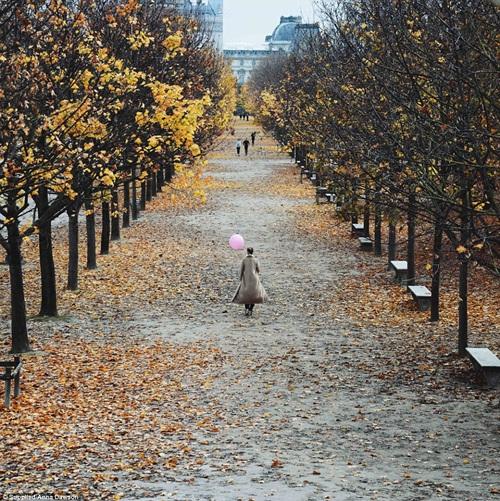 Cô gái mang theo quả bóng hồng du lịch khắp Paris - 5