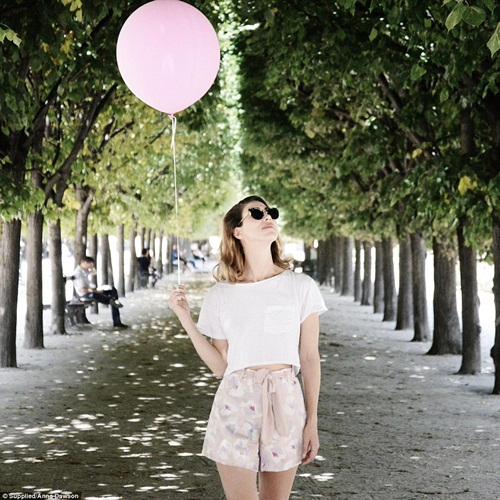 Cô gái mang theo quả bóng hồng du lịch khắp Paris - 6