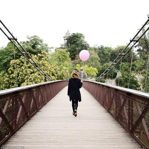 Cô gái mang theo quả bóng hồng du lịch khắp Paris - 7