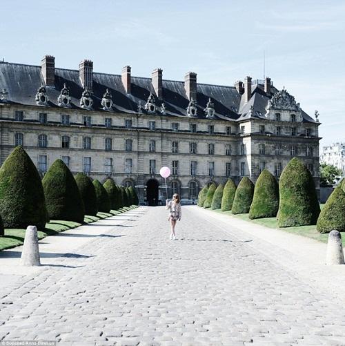 Cô gái mang theo quả bóng hồng du lịch khắp Paris - 9