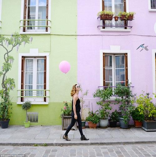 Cô gái mang theo quả bóng hồng du lịch khắp Paris - 10