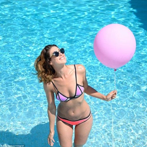 Cô gái mang theo quả bóng hồng du lịch khắp Paris - 11