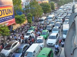 Tin tức trong ngày - HN: 3 ô tô đâm nhau trên cầu vượt, ùn tắc hàng km