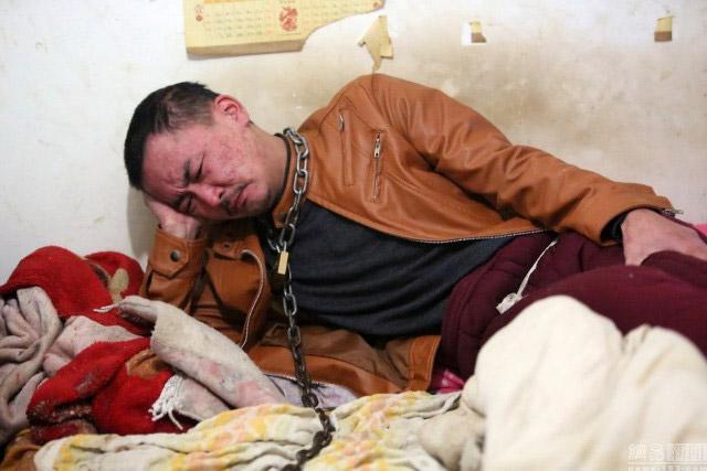 Chàng trai bị mẹ xích cổ vào cột để cai rượu - 3