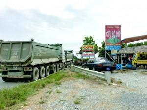 Tin tức trong ngày - Phá rào, mở quán dọc cao tốc Nội Bài - Lào Cai