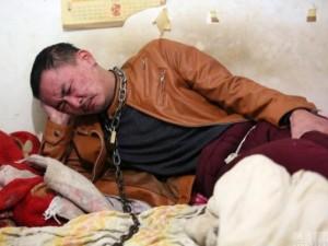 Bạn trẻ - Cuộc sống - Chàng trai bị mẹ xích cổ vào cột để cai rượu