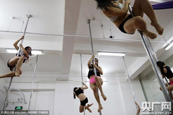 Hậu trường luyện tập đầy nước mắt của thiếu nữ múa cột - 1