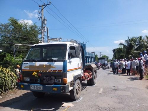 Hai nam sinh bị xe tải cán qua người tử vong tại chỗ - 3