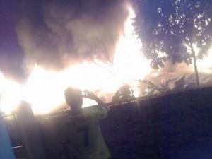 Tin tức trong ngày - Cháy chợ trong đêm, ít nhất 50 gian hàng bị thiêu rụi