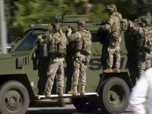 Thế giới - Ảnh: Cuộc săn đuổi kẻ xả súng bắn chết 14 người tại Mỹ