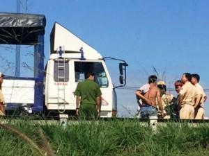 An ninh Xã hội - CSGT bị tài xế đạp văng từ trên xe tải xuống đất