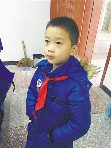 Cảm động bé 7 tuổi che ô, kéo rác cho người lao công - 2