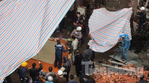 Người nhà khóc ngất bên thi thể nạn nhân vụ rơi vận thăng - 4