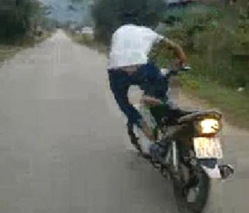 Thanh niên đứng trên yên để xe máy tự chạy bị phạt - 2