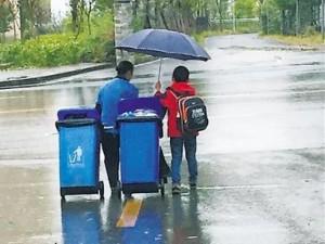 Bạn trẻ - Cuộc sống - Cảm động bé 7 tuổi che ô, kéo rác cho người lao công