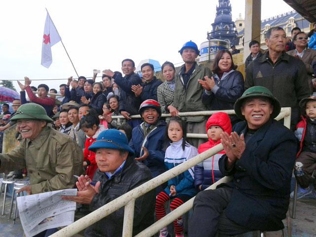 Người dân Kinh Bắc ngỡ ngàng với… đua ngựa - 1