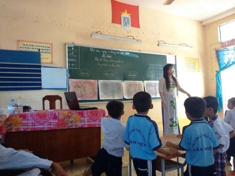 Địa phương xin lỗi cô giáo chê cầu sập trên Facebook - 2