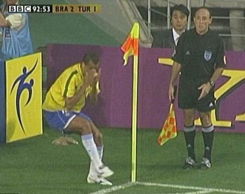 Học Rivaldo ăn vạ, trọng tài biên khiến cầu thủ bị đuổi - 1