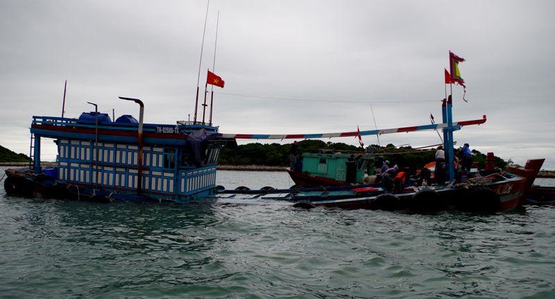 Bộ đội biên phòng cứu sống 12 ngư dân bị chìm tàu - 1