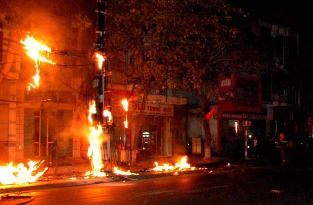 Clip: Cột điện cháy dữ dội kèm tiếng nổ trong đêm - 2