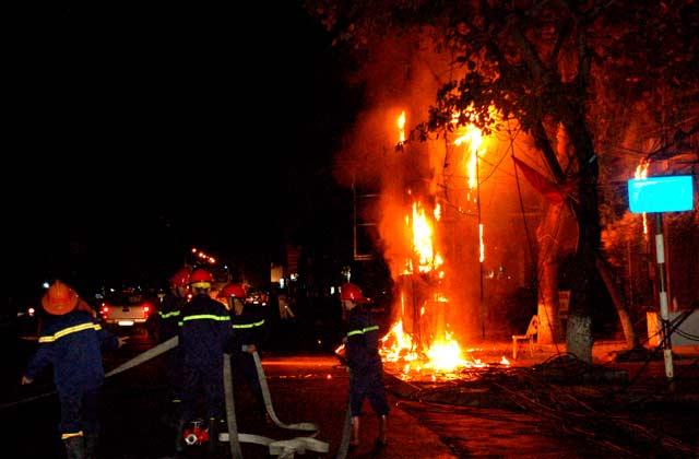 Clip: Cột điện cháy dữ dội kèm tiếng nổ trong đêm - 3