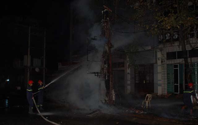 Clip: Cột điện cháy dữ dội kèm tiếng nổ trong đêm - 4