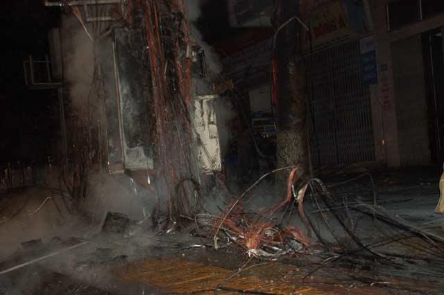 Clip: Cột điện cháy dữ dội kèm tiếng nổ trong đêm - 5