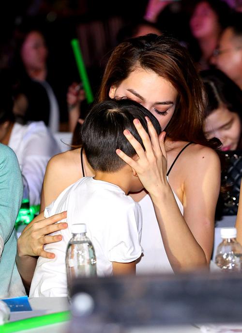 Con trai Hà Hồ sợ hãi khi bị chụp ảnh quá nhiều - 4