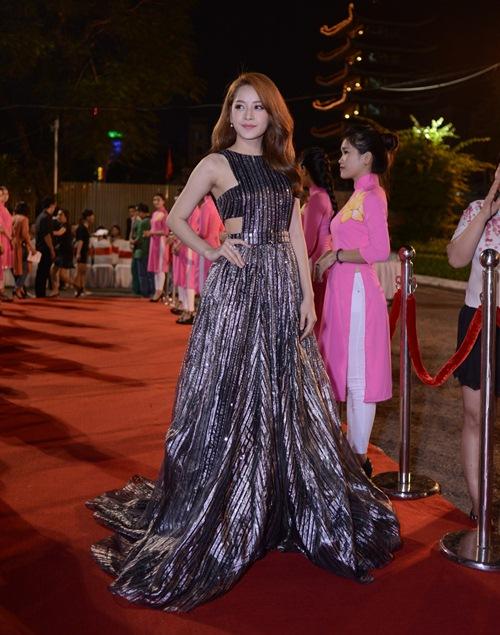 Đặng Thu Thảo, Vân Trang nổi bật trên thảm đỏ đêm bế mạc LHP VN 19 - 4