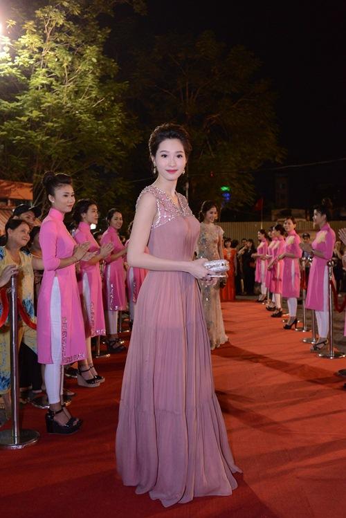 Đặng Thu Thảo, Vân Trang nổi bật trên thảm đỏ đêm bế mạc LHP VN 19 - 1