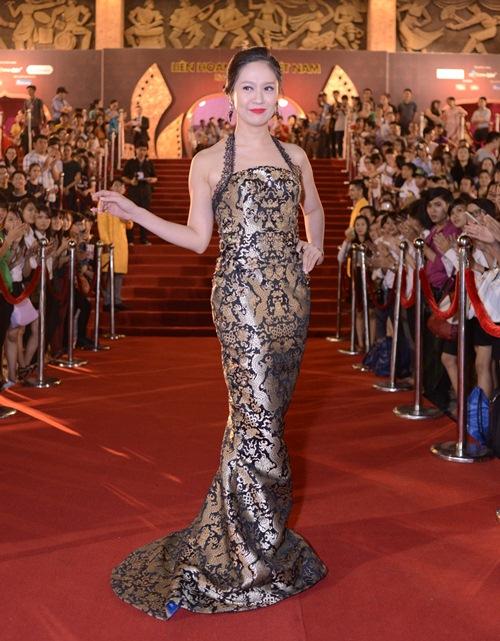 Đặng Thu Thảo, Vân Trang nổi bật trên thảm đỏ đêm bế mạc LHP VN 19 - 6