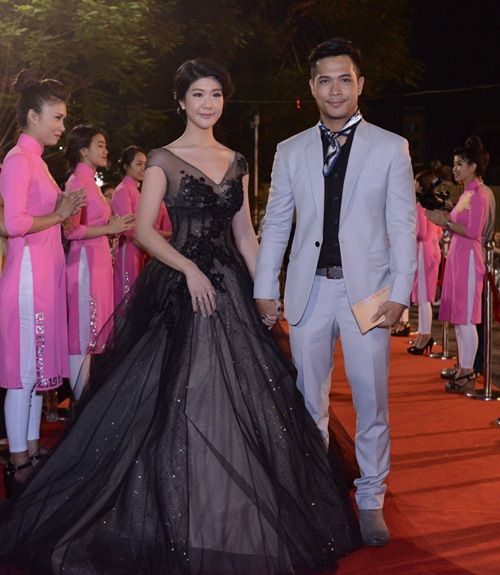 Đặng Thu Thảo, Vân Trang nổi bật trên thảm đỏ đêm bế mạc LHP VN 19 - 5