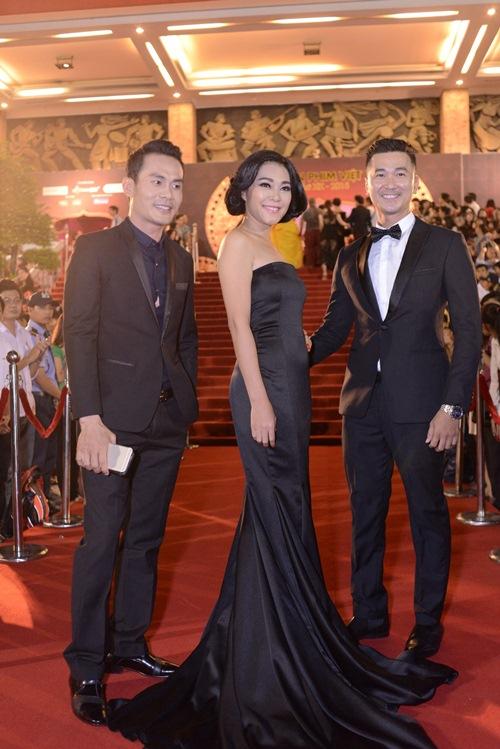 Đặng Thu Thảo, Vân Trang nổi bật trên thảm đỏ đêm bế mạc LHP VN 19 - 9
