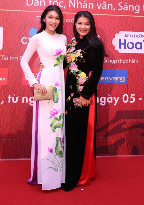 Đặng Thu Thảo, Vân Trang nổi bật trên thảm đỏ đêm bế mạc LHP VN 19 - 11