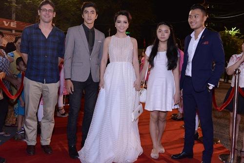 Đặng Thu Thảo, Vân Trang nổi bật trên thảm đỏ đêm bế mạc LHP VN 19 - 12