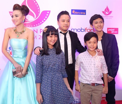 Đặng Thu Thảo, Vân Trang nổi bật trên thảm đỏ đêm bế mạc LHP VN 19 - 15