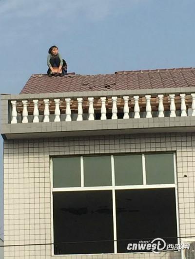 Cãi nhau với chồng, vợ leo lên mái nhà dỡ ngói ném xuống - 2