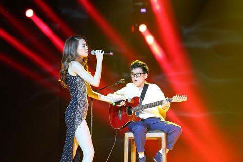 Hồ Ngọc Hà cầm micro cho Phương Uyên đệm đàn trên sân khấu - 1