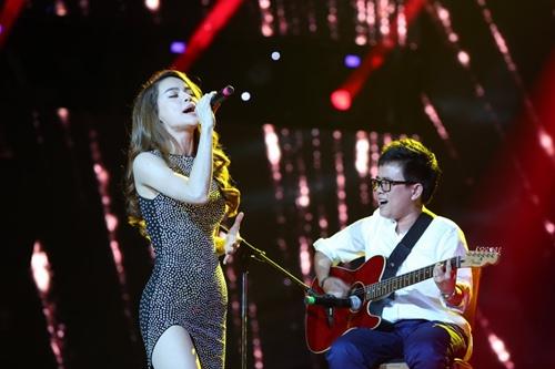 Hồ Ngọc Hà cầm micro cho Phương Uyên đệm đàn trên sân khấu - 2
