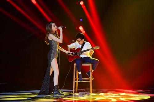 Hồ Ngọc Hà cầm micro cho Phương Uyên đệm đàn trên sân khấu - 3