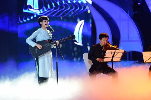 Hồ Ngọc Hà cầm micro cho Phương Uyên đệm đàn trên sân khấu - 9